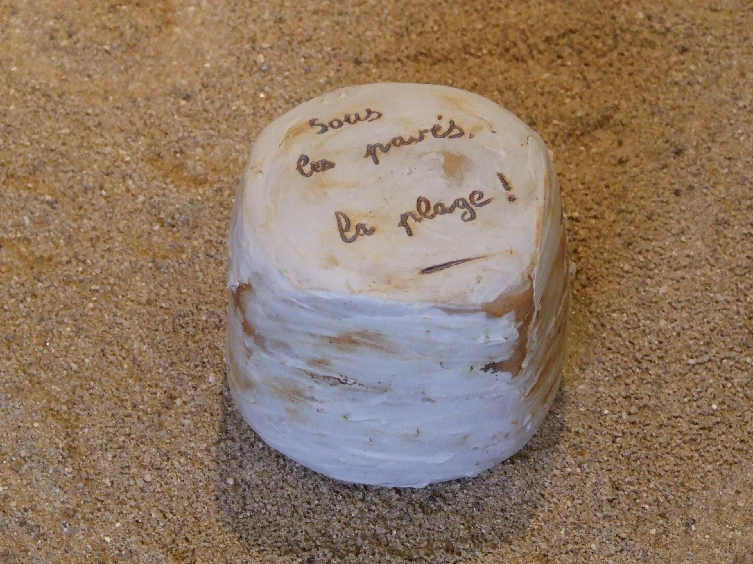 Pavé. Grès et porcelaine. Sous les pavés la plage