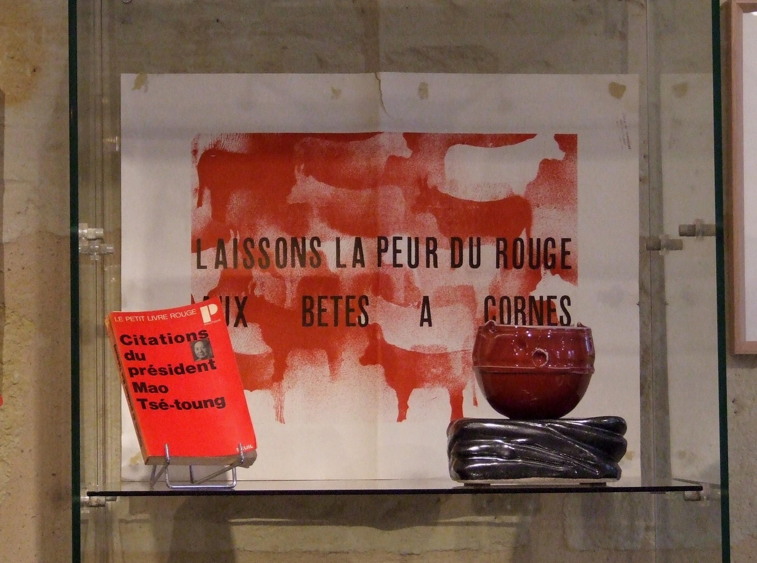 Affiche originale mai 68 avec un bol porcelaine rouge de cuivre