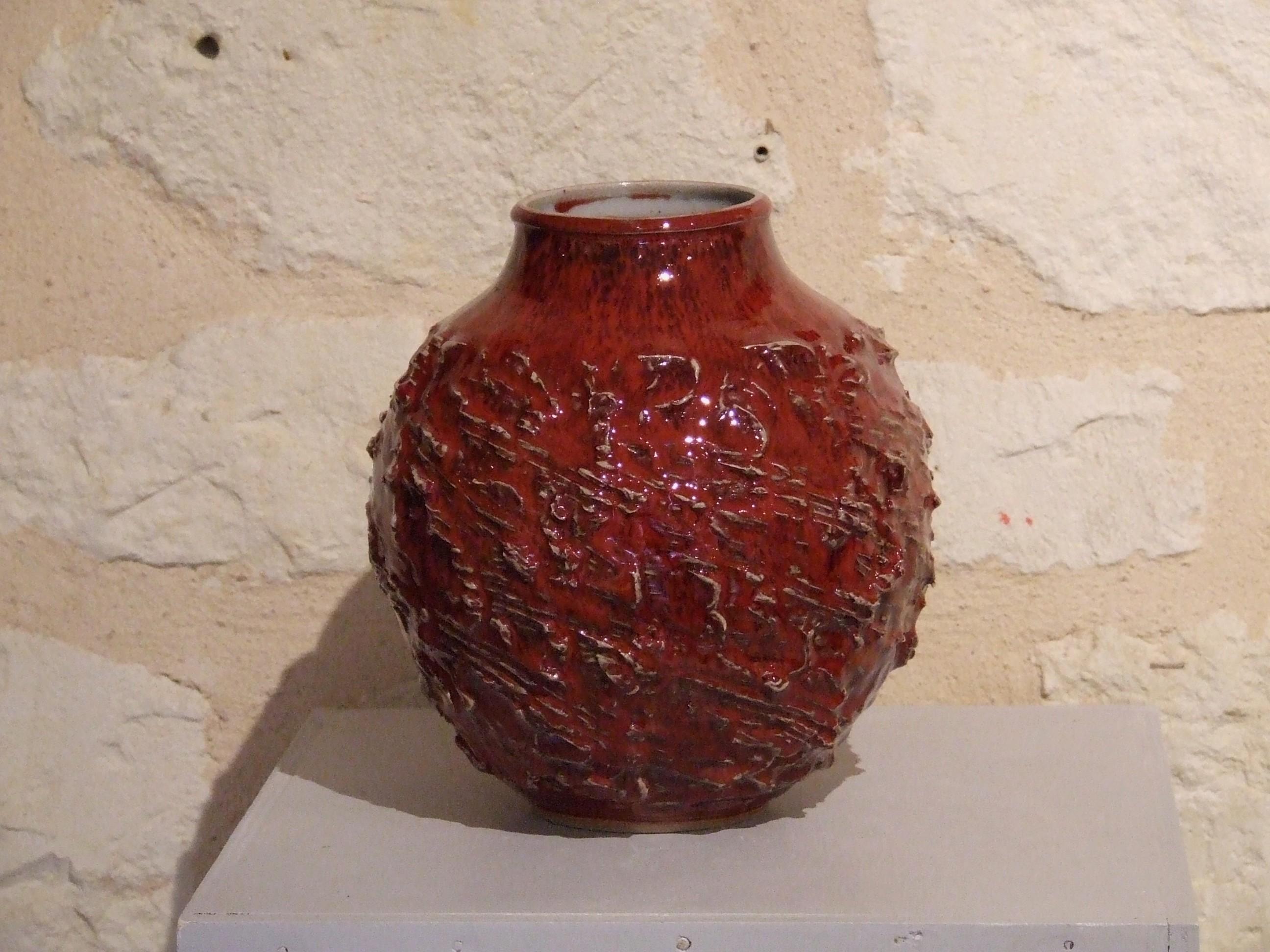 Vase grès tourné, griffé et modelé. Rouge de cuivre